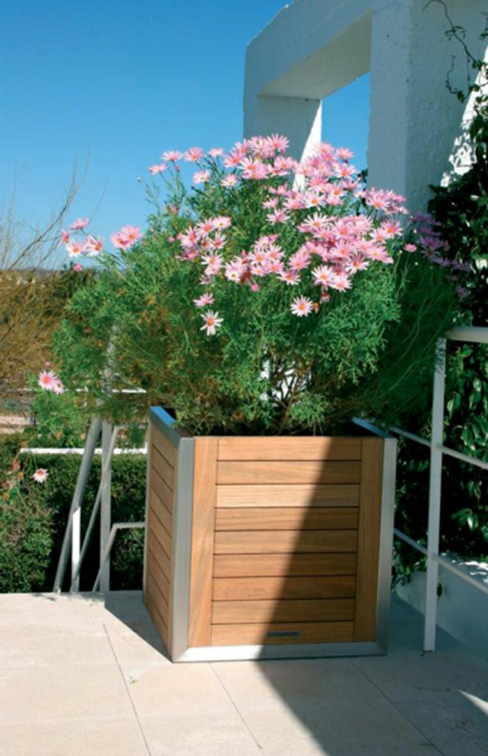 pflanzkübel-holz-auf-der-terrasse-rosige-blumen