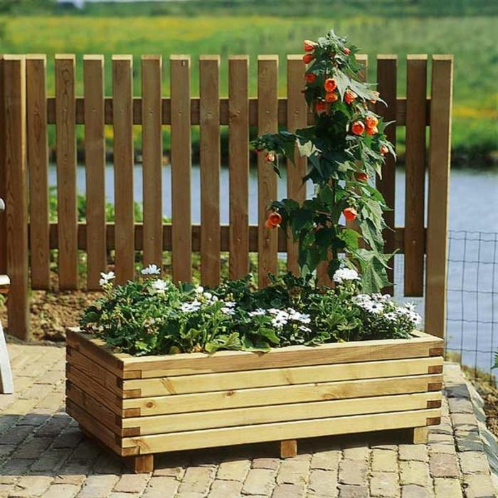 pflanzkübel-holz-bepflanzung-und-zaun