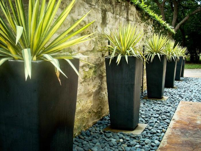 pflanzkübel-holz-naturstein-ziegelwand