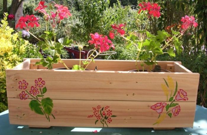 pflanzkübel-holz-und-blühende-bepflanzung
