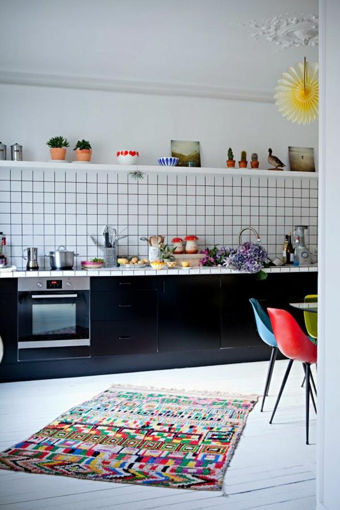 räumliche-Küche-Landhausstil-kleiner-vintage-Teppich-buntes-Muster