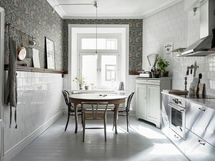 räumliche-Küche-runder-Esstisch-stilvolle-graue-Tapeten