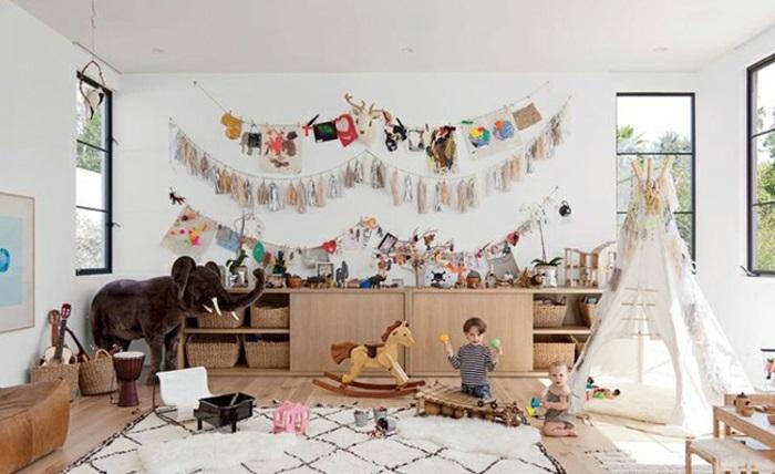 räumliches-Kinderzimmer-viele-Spielzeuge-Zelt