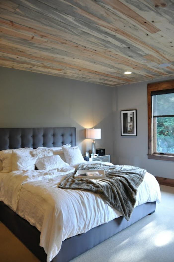 räumliches-Schlafzimmer-schlichtes-Design-King-Size-Bett-weiße-Bettwäsche