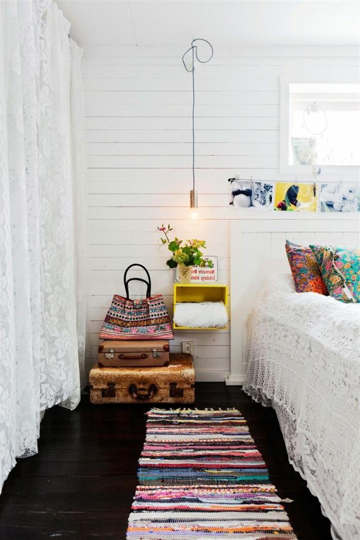 räumliches-Schlafzimmer-weiße-Wände-romantische-Gardinen-kleiner-vintage-Teppich