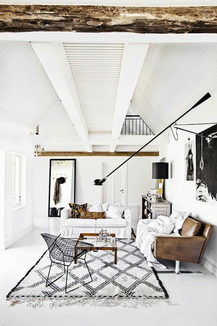 räumliches-Wohnzimmer-weiße-Wände-kreative-Interieur-Ideen-bunter-Teppich