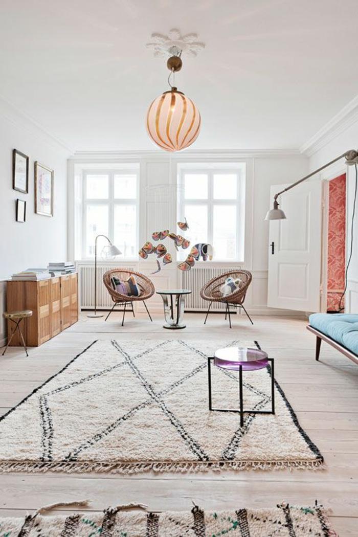 räumliches-Zimmer-kreative-Dekoration-interessante-Leuchte-flaumiger-Teppich-schwarz-weiß
