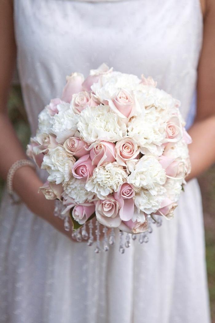 romantische-Kombination-weiße-Pfingstrosen-rosa-Rosen-Kristalle-Dekoration