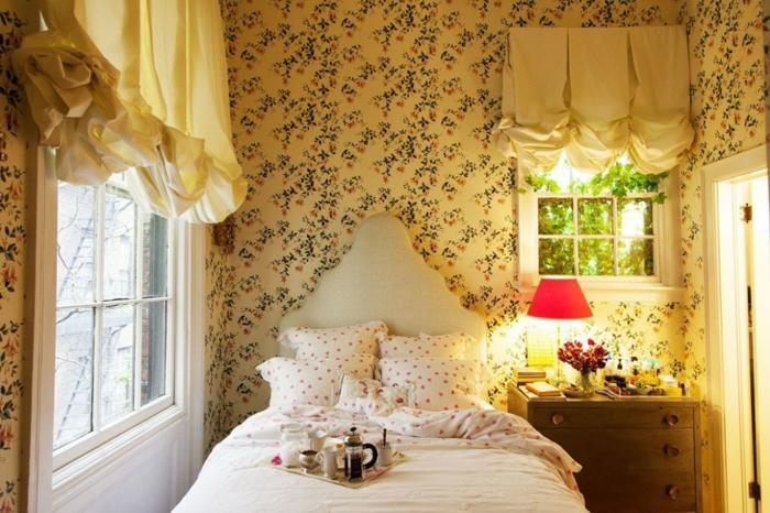 romantische-Schlafzimmer-Gestaltung-retro-Tapeten-Bettwäsche-schönes-Muster-Bett-interessantes-Kopfbrett-Design