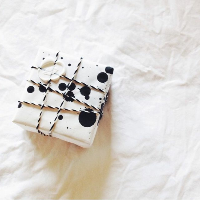 romantische-geschenke-schön-verpacken-schwarz-weiße-Verpackung-Lippen-Dekoration