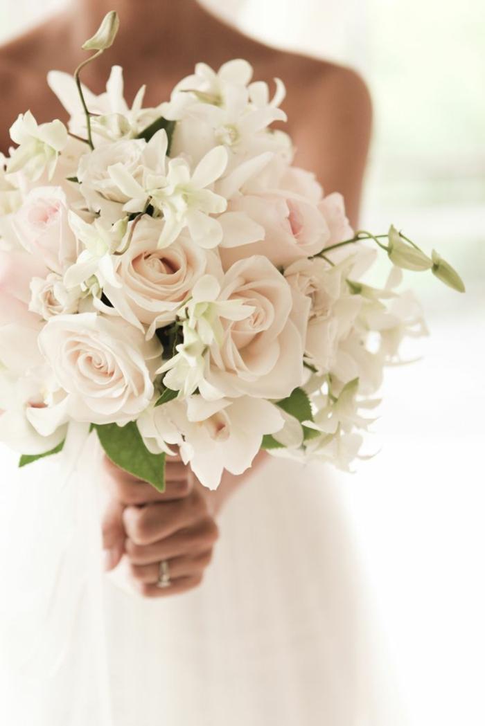 romantischer-Hochzeitsstrauß-zärtliche-Rosen-creme-farbe