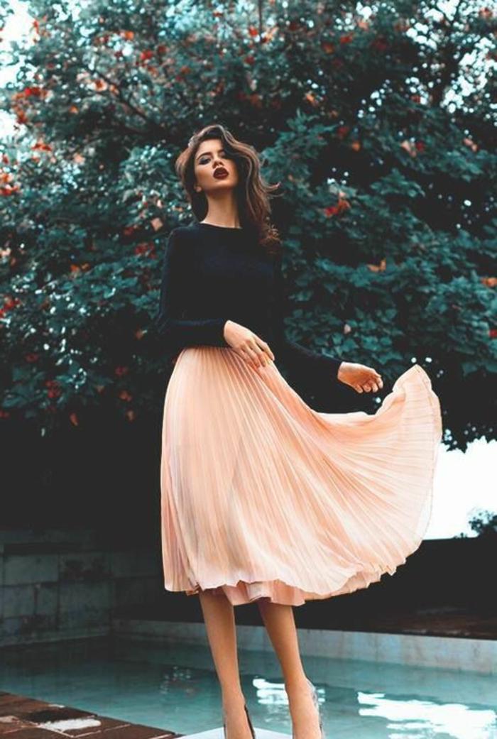 romantischer-Look-schwarzer-Pullover-koketter-Rock-Pastellfarbe