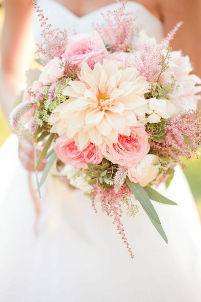 romantischer-hochzeitsstrauß-weiche-zärtliche-rosa-Blumen