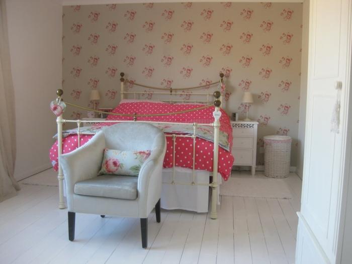 romantisches-Schlafzimmer-Interieur-vintage-Bett-schöne-rote-polka-dot-Bettwäsche-eleganter-Sessel-vintage-Tapete