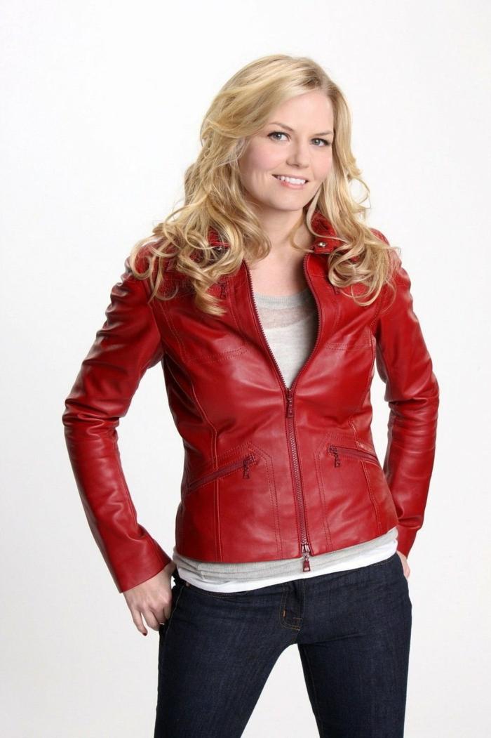 rote-lederjacke-blonde-frisur-schwarze-hosen