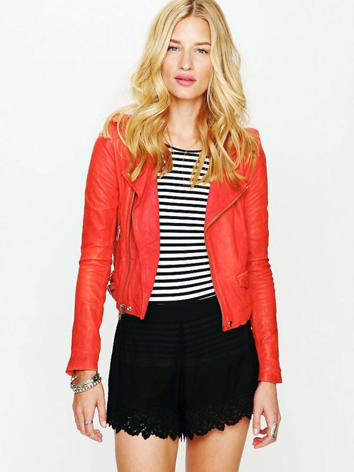 rote-lederjacke-blonde-schöne-haare-weißer-hintergrund