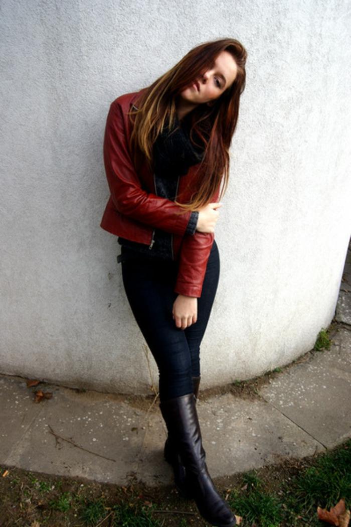 rote-lederjacke-dunkel-braune-haare-interessantes-foto