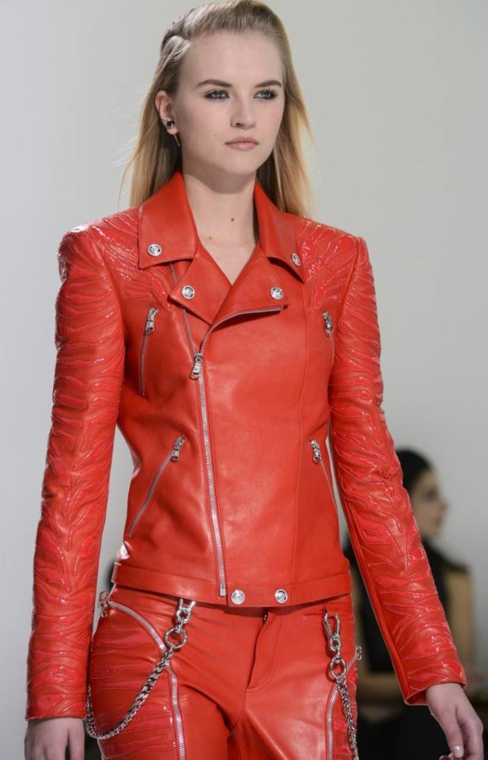 rote-lederjacke-ein-modell-mit-blonden-haaren