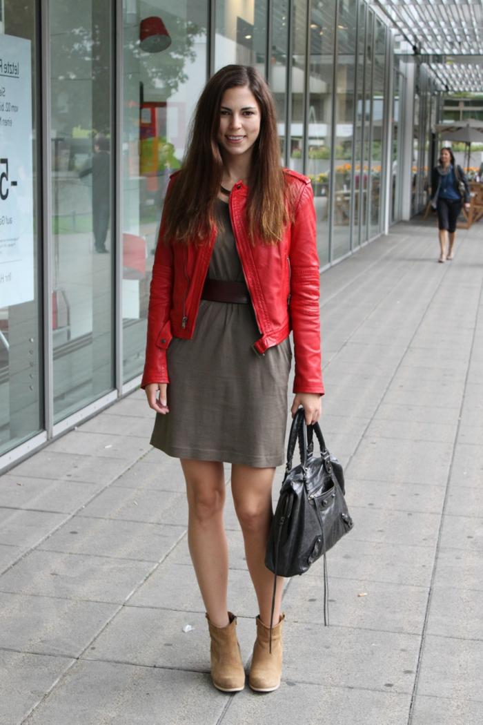rote-lederjacke-elegantes-kleid-wunderschöne-junge-dame