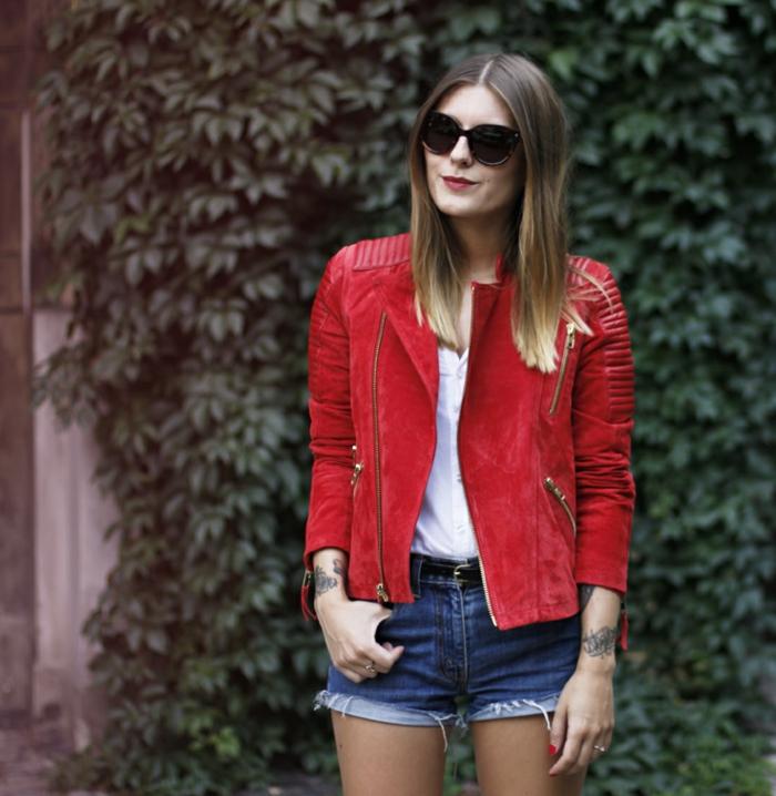 rote-lederjacke-kurze-jeans-wunderschöne-dame