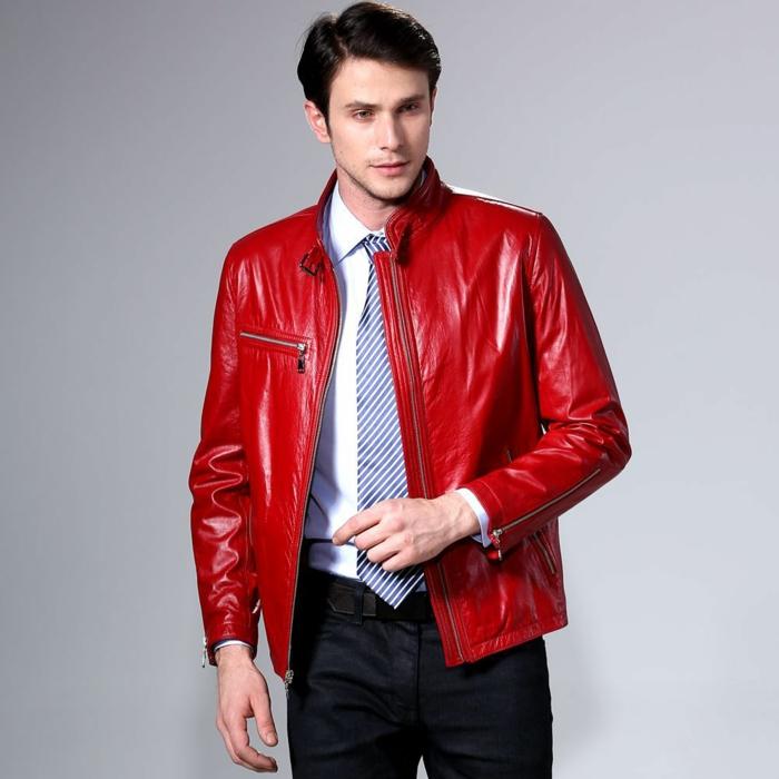 rote-lederjacke-schwarze-hosen-mode-für-männer