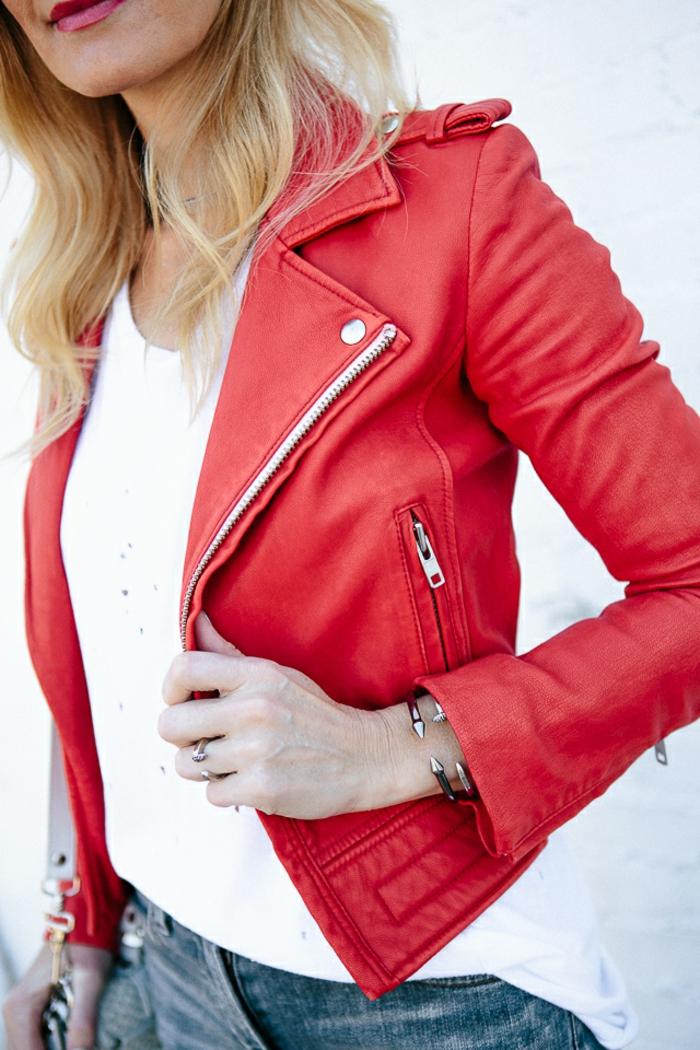 rote-lederjacke-weißer-hintergrudn-blonde-haare