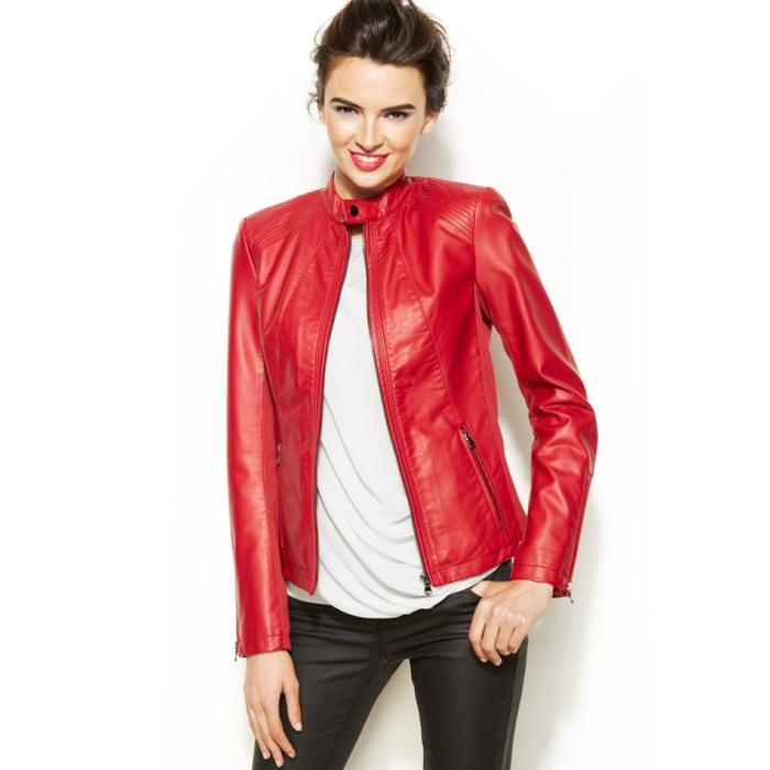 rote-lederjacke-weißer-hintergrund-modernes-aussehen