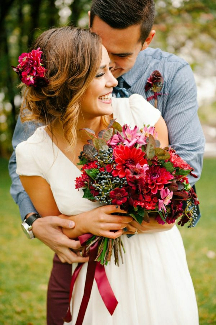 rotes-Blumen-Arrangement-für-Hochzeit-Strauß
