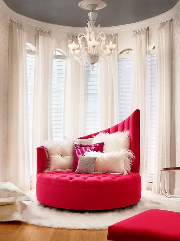 rotes-Sofa-klein-attraktives-Design-extravagante-Kissen-einmaliges-Interieur