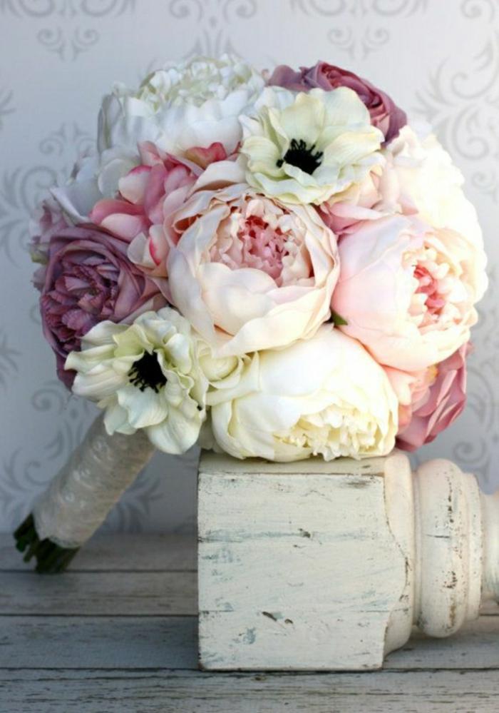 runder-Hochzeitsstrauß-Pfingstrosen-rosa-lila-creme-farbe