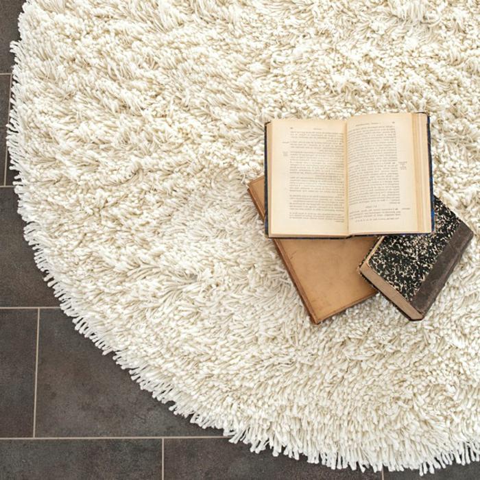 runder-Teppich-weiß-Bücher