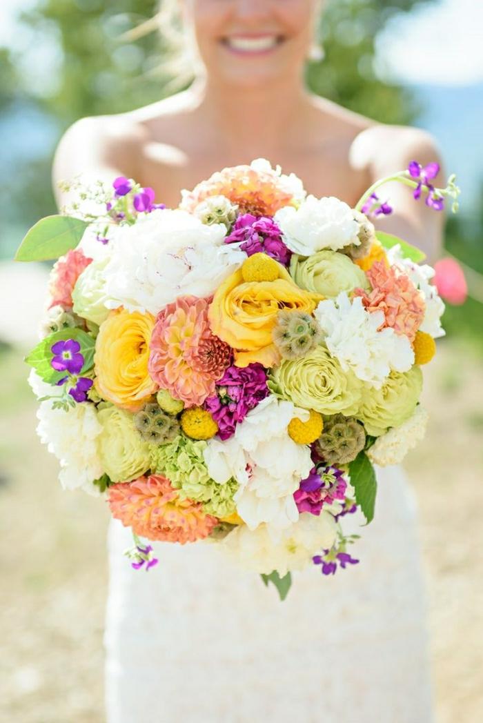 runder-brautstrauss-frische-Blumen-verschiedene-Sorten