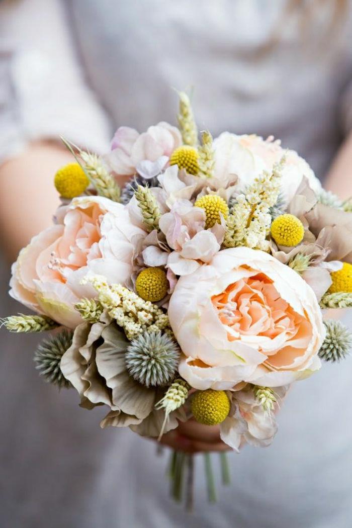runder-brautstrauss-interessantes-Blumen-Arrangement