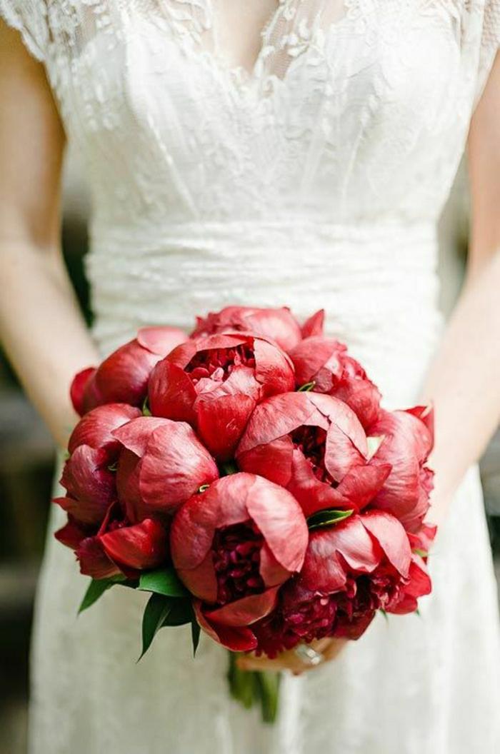 runder-brautstrauss-rote-Pfingstrosen-passioniert-romantisch