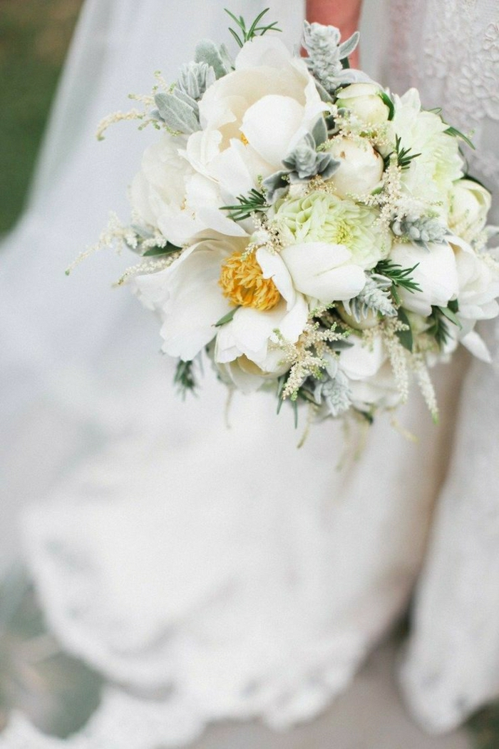 runder-brautstrauss-weiße-Blumen-herrlich-romantisch