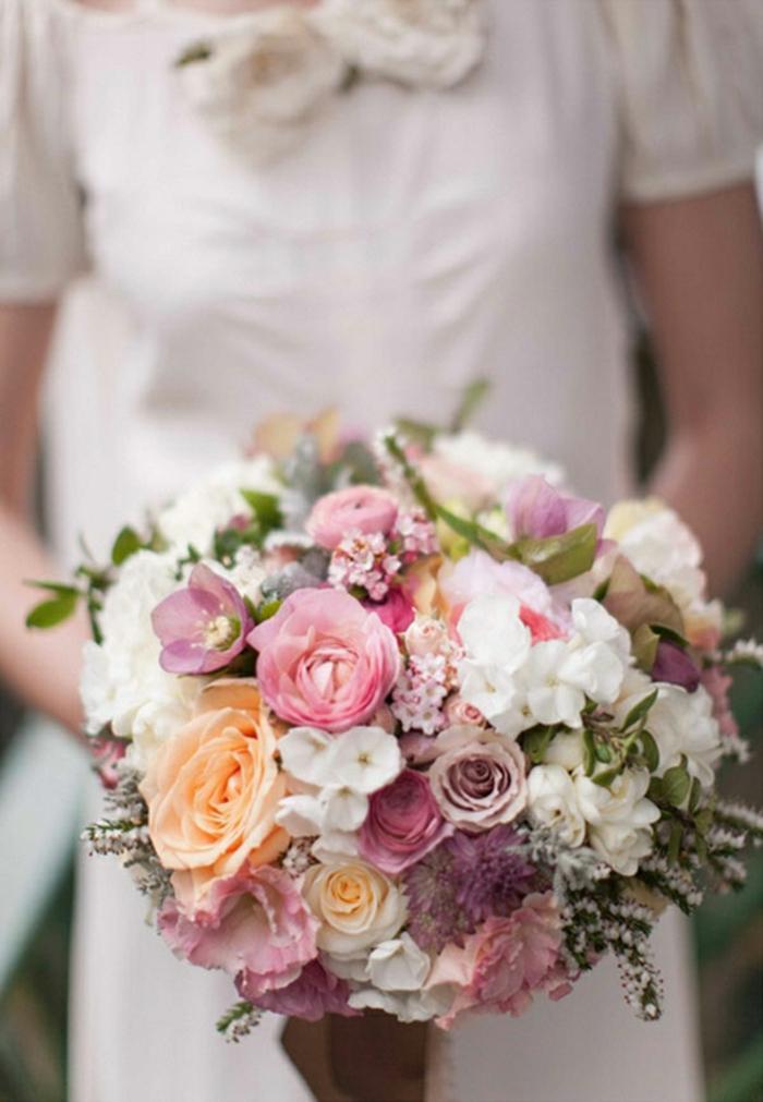runder-hochzeitsstrauß-rosa-lila-Blumen-wunderschönes-Arrangement