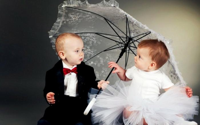 süße-Babys-Mädchen-Junge-fantastisches-Foto-kokettes-Modell-kinderschirm