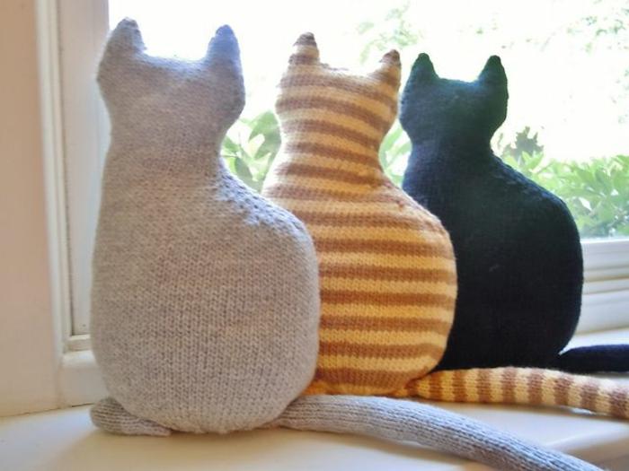 süße-Idee-drei-Katzen-Kissen-gestrickte-Modelle-schöner-stricken
