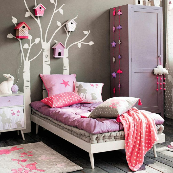 süße-Kinderzimmer-Gestaltung-Mädchen-lila-rosa-Nuancen-dekorative-vogelhäuser-Bäume-Wandtattoos