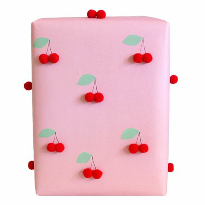 süße-geschenke-verpacken-ideen-rosa-Papier-handgemachte-Kirschen-Dekoration