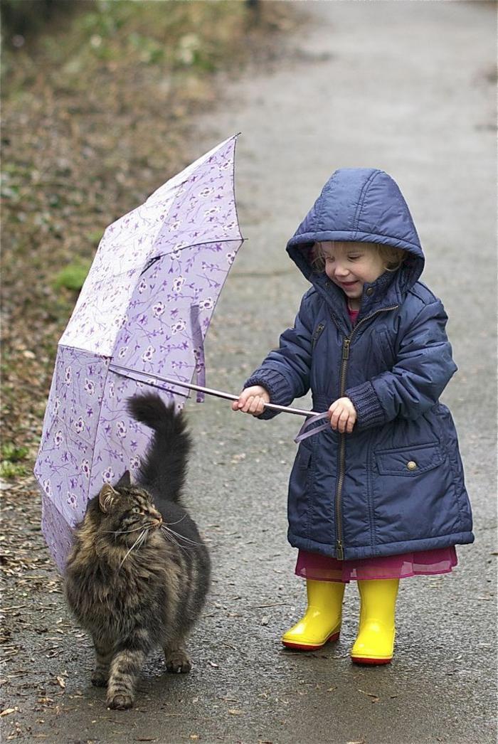 süßes-Kind-gelbe-Siefel-lila-Kinder-Regenschirm-Katze-lustige-Situation