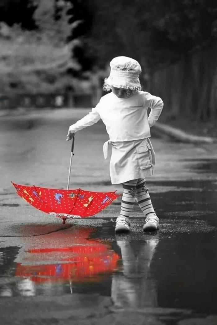 süßes-Kind-schwarz-weißes-Foto-kzent-roter-kinder-regenschirm