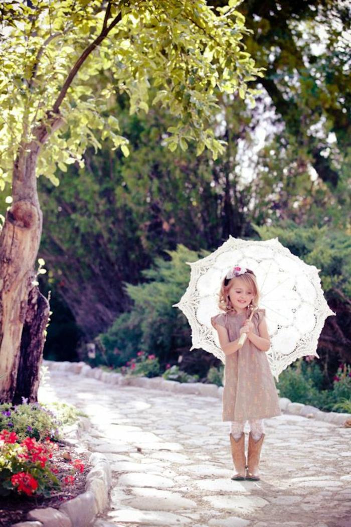 süßes-Mädchen-kokettes-Kleid-romantisches-Modell-Schirm-weiß