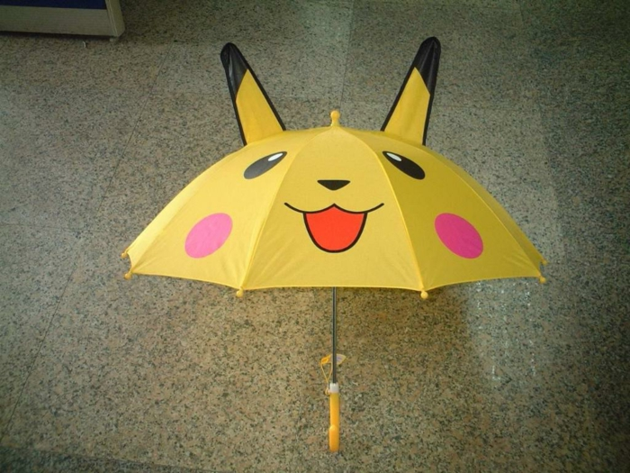 süßes-Modell-gelber-kinderregenschirm