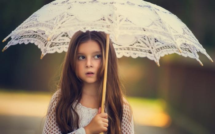 süßes-kleines-Mädchen-vintage-Modell-Schirm-weiß