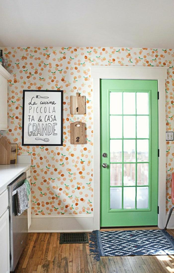 schöne-kleine-Küche-gemütliches-Interieur-italienische-Aufschrift-romantisches-Tapeten-Muster