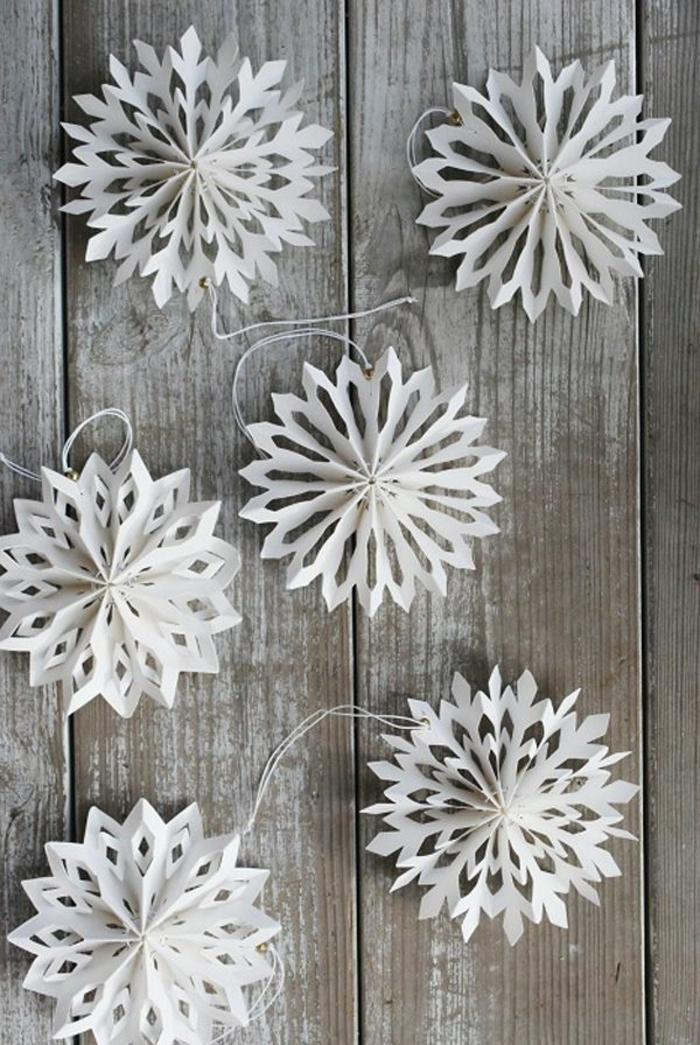 schöne-kreative-Winterdekoration-hängende-Schneeflocken-aus-Papier