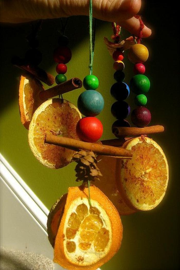 schöne-süße-Dekoration-Orangen-Scheiben-Zimt-hölzerne-Kugeln