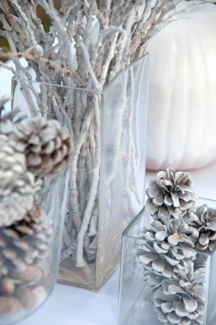 schöne-schlichte-Winterdekoration-Zweige-Zapfen