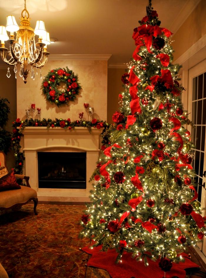 schöne-weihnachtsbäume-kamin-neben-dem-tannenbaum